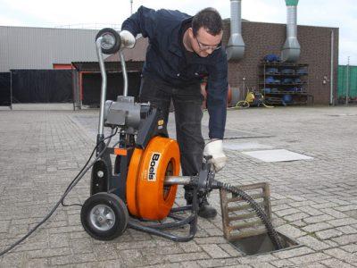 Déboucheur inspecte une canalisation avec caméra d'inspection