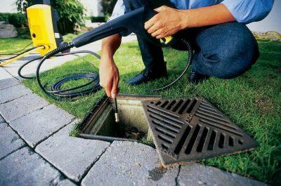 Déboucheur utilise une caméra d'inspection pour inspecter une conduite eau