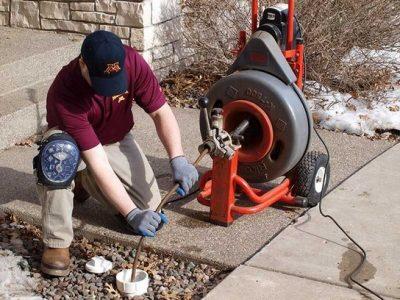 Déboucheur utilise une caméra d'inspection pour une canalisation