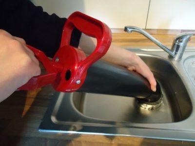 Déboucheur débouche un évier cuisine avec une pompe à vide