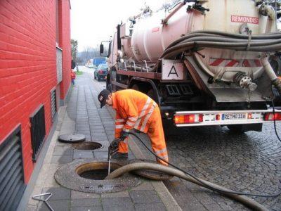 Déboucheur débouche une canalisation avec un camion de pompage