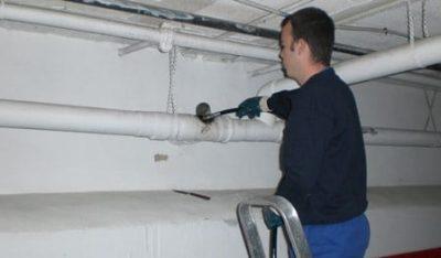 Avec une caméra d'inspection déboucheur inspecte les canalisations
