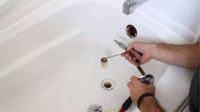 Déboucheur débouche une baignoire avec un furet