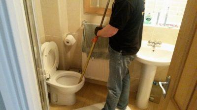 Plimbier débouche un WC avec un furet
