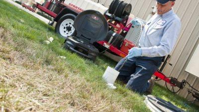 Plombier débouche les égouts avec un camion de pompe