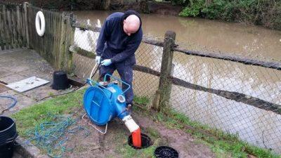 Plombier débouche une canalisation une caméra d'inspection