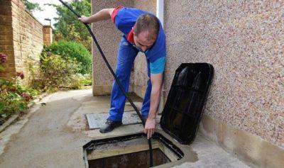 Plombier débouche les égouts avec un furet