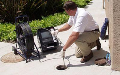 Déboucheur inspecte les égouts avec une caméra d'inspection