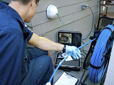 le déboucheur inspecte et trace l'écoulement par caméra