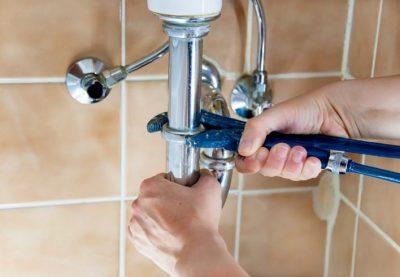 plombier fixe une canalisation de douche