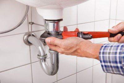 Plombier répar les conduite d'eau d'un lavabo