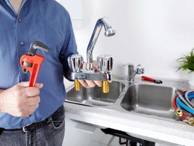 Plombier remplace la robinetterie d'un évier cuisine