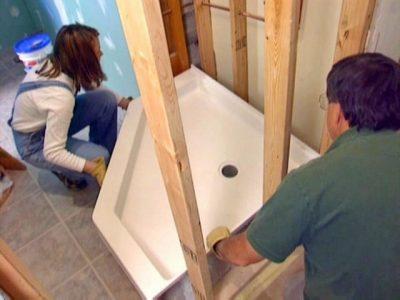 plombiers installent une douche