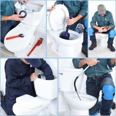 plombier intervient sur la réparation du WC