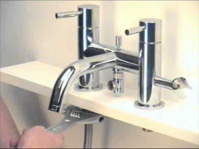 plombier installe un robinet