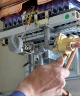 Le chauffagiste répare le boiler